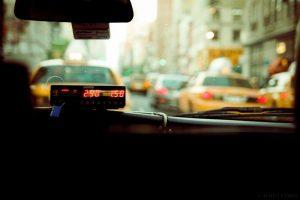 Wnętrze zaparkowanej taksówki