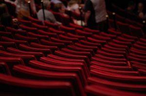 Fotele dla publiczności w teatrze