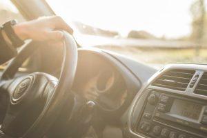Wnętrze i kierownica oczekującej taksówki