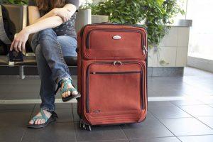 Pasażer z bagażem oczekujący na transport
