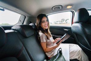 Uśmiechnięta pasażerka taksówki