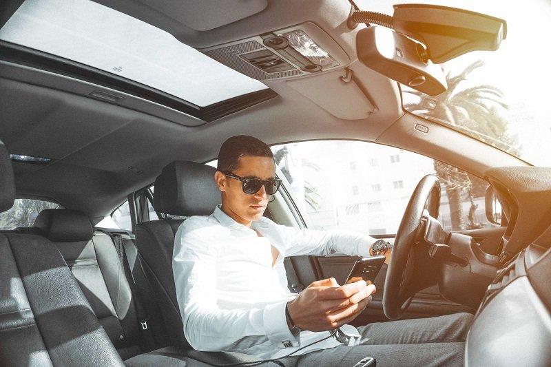 Elegancki kierowca Ubera