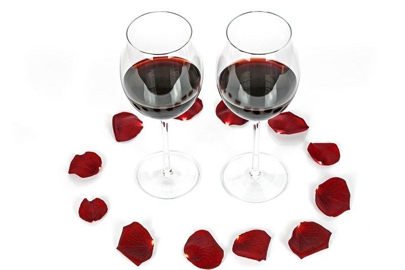 Dwie lampki wina i płatki róż