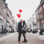 Zakochana para na ulicy z balonami w kształcie serca