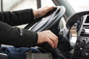 Kierowca za kółkiem taksówki